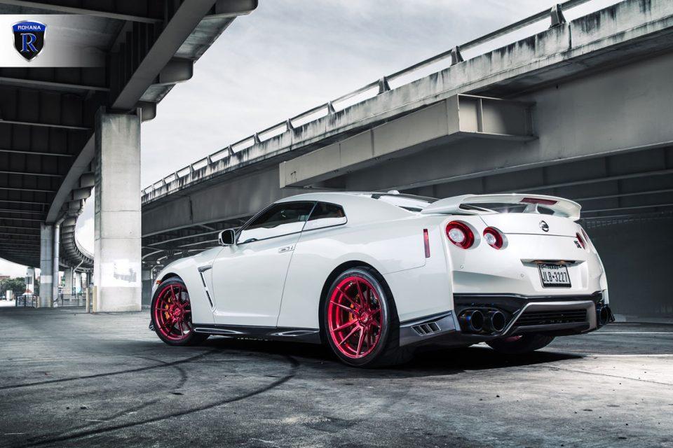 2016 White Nissan Gt